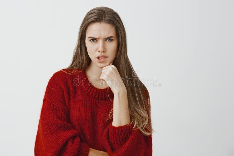 Freelancer atrativo incomodado que tenta terminar a tempo o projeto Concerned preocupou a mulher europeia atrativa em à moda fotos de stock royalty free