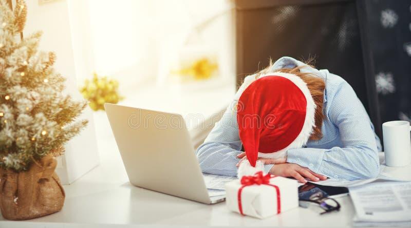 Freelancer cansado, trabalho adormecido da mulher de negócios no computador no Ch fotos de stock royalty free