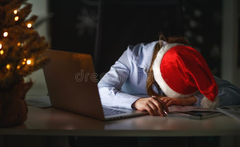 Freelancer cansado, trabalho adormecido da mulher de negócios no computador no Ch fotografia de stock royalty free