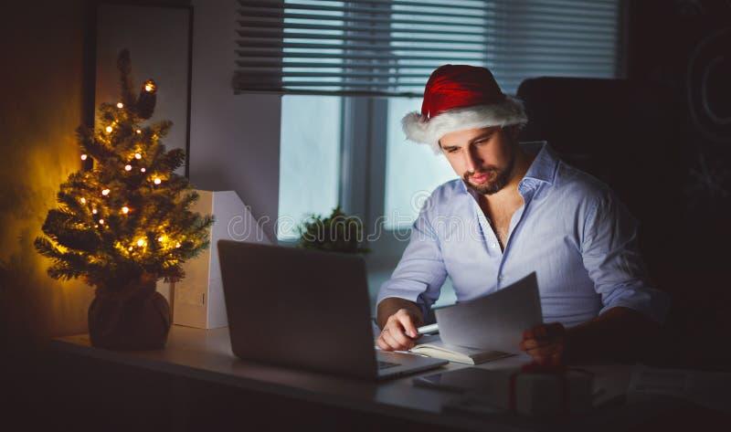 Freelancer cansado, trabalho adormecido do homem de negócios no computador em Chri imagem de stock royalty free