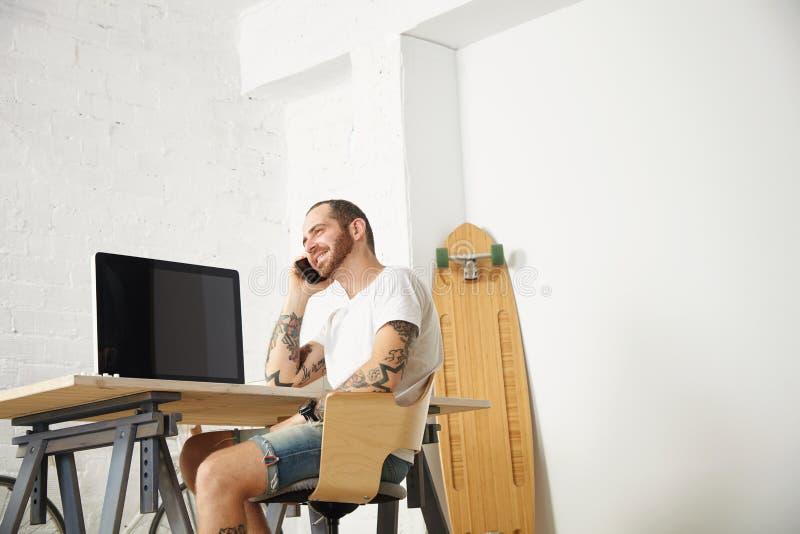 Freelancer com muitos passatempos que trabalham em casa ajustado imagens de stock royalty free