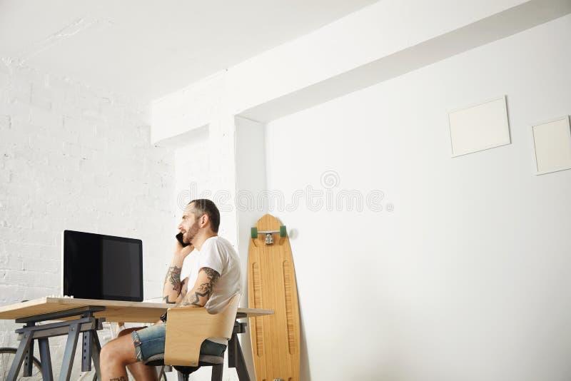 Freelancer com muitos passatempos que trabalham em casa ajustado imagem de stock