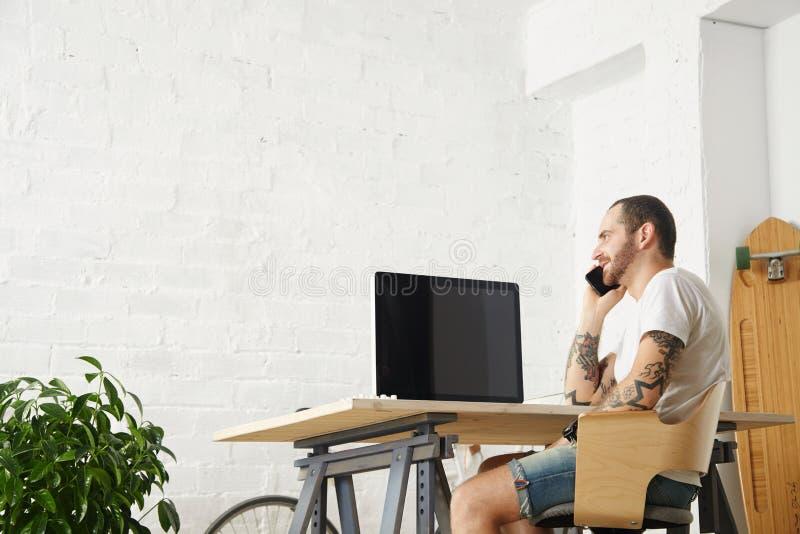 Freelancer com muitos passatempos que trabalham em casa ajustado fotografia de stock royalty free