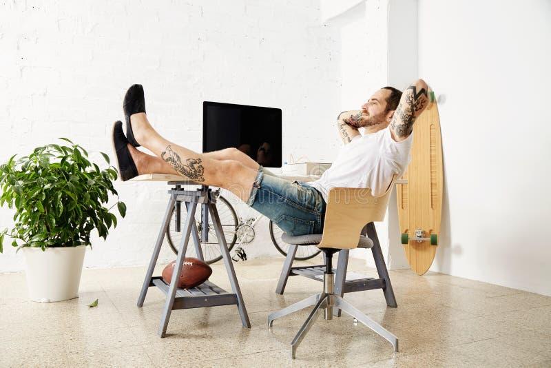 Freelancer com muitos passatempos que trabalham em casa ajustado fotografia de stock