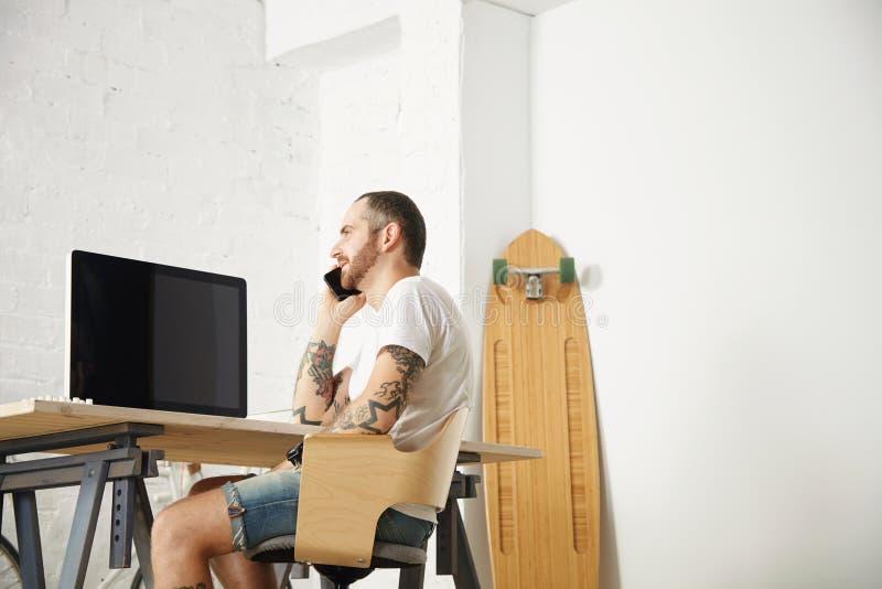 Freelancer com muitos passatempos que trabalham em casa ajustado foto de stock royalty free
