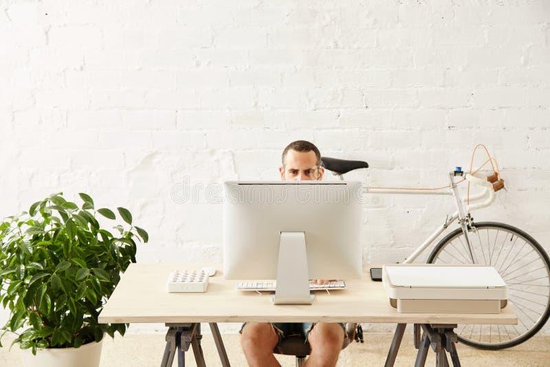 Freelancer com muitos passatempos que trabalham em casa ajustado foto de stock
