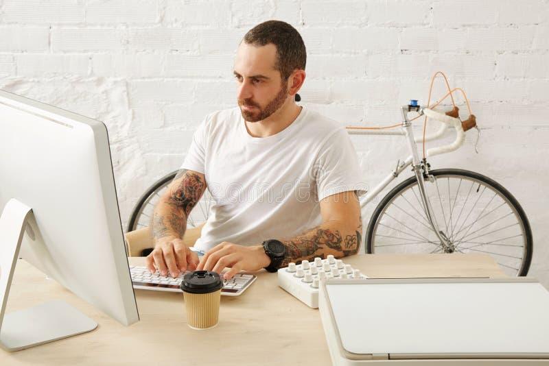 Freelancer con muchas aficiones que trabajan en casa fijado fotos de archivo