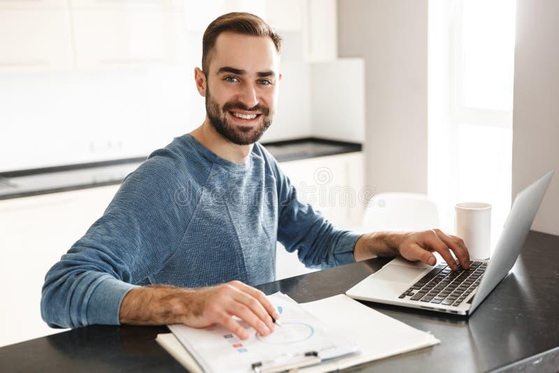 Freelancer considerável feliz do homem fotos de stock