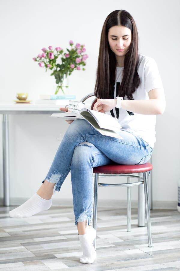 Freelancer da jovem mulher dentro em casa, conceito do escritório, tomando notas no planejador, close-up fotografia de stock
