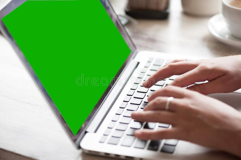 Freelancer da jovem mulher que datilografa no portátil no café fotos de stock royalty free