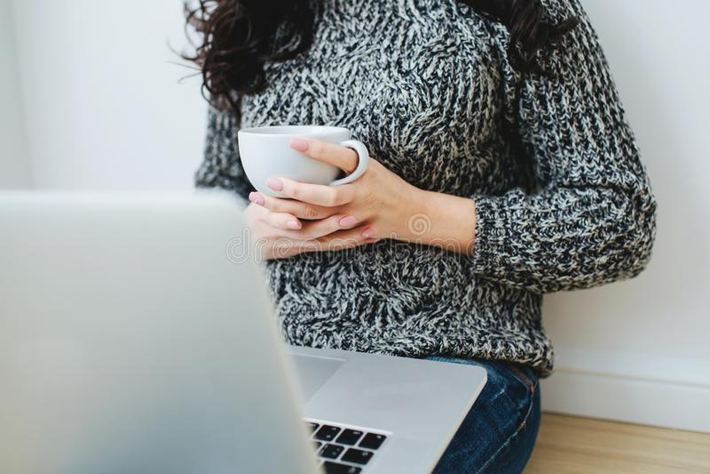 Freelancer de la mujer joven que trabaja en un ordenador portátil foto de archivo