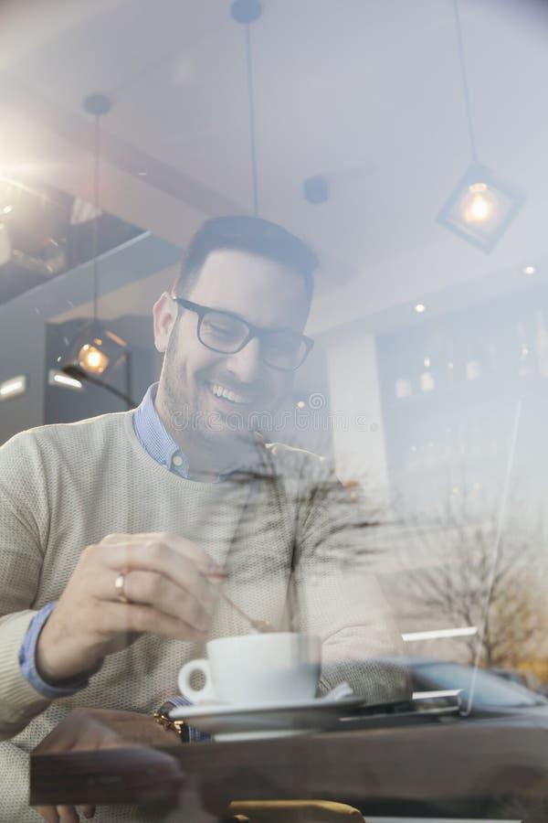 Freelancer die in een restaurant werken royalty-vrije stock afbeelding