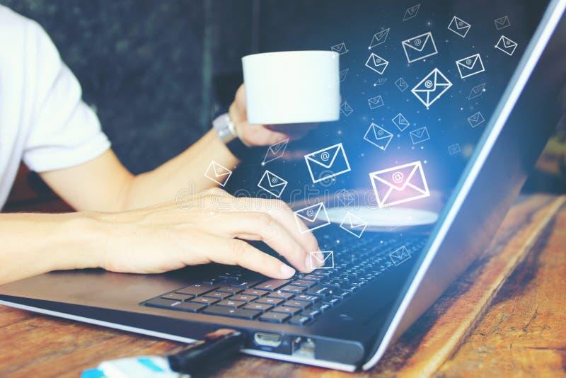 Freelancer die met de bedrijfsmens werken die laptop computer voor het controleren van e-mail met pictogram of hologram in huisbu stock foto's