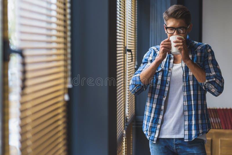 Freelancer die van koffie in het bureau genieten royalty-vrije stock foto's