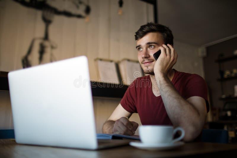 Freelancer experto de sexo masculino que llama vía PDA del smartphone foto de archivo libre de regalías