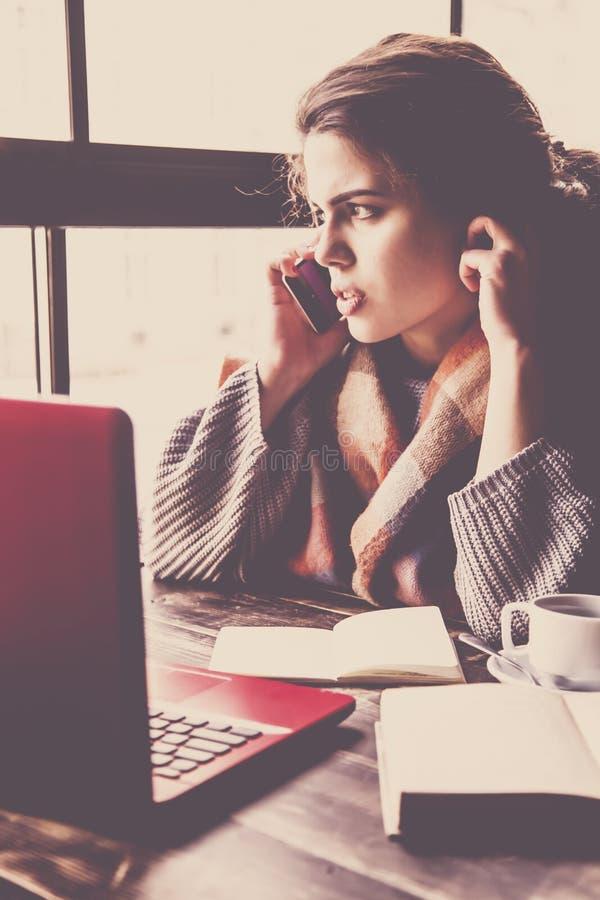 Freelancer fêmea bonito que aprecia a liberdade e que trabalha remotamente com portátil Mulher de negócio que trabalha em linha imagens de stock royalty free