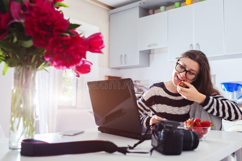 Freelancer fotograf pracuje w domu Kobieta pracuje na laptopie używać kamerę i pióro pastylkę Zaczyna up fotografia royalty free