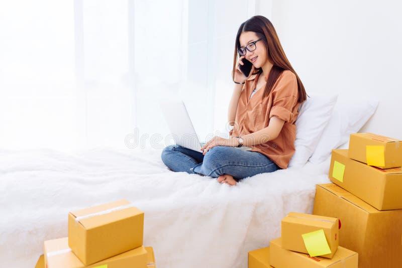Freelancer kobieta pracuje sme biznes przy biurem w domu obraz stock