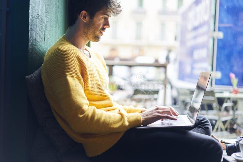 Freelancer masculino à moda que trabalha no projeto startup novo imagem de stock