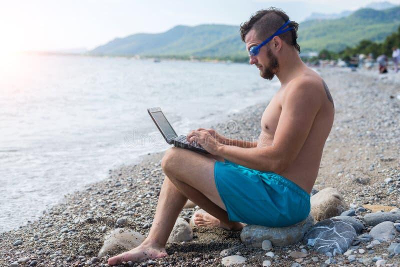 Freelancer pracuje na wakacje, workaholic stary działanie laptopa handlowa zdjęcie royalty free