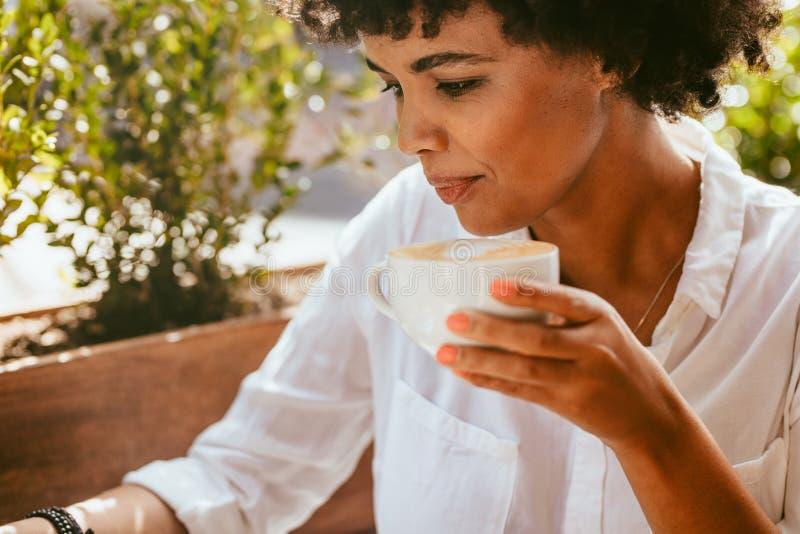 Freelancer pracuje od sklepu z kaw? obraz stock