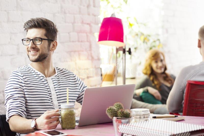 Freelancer som arbetar i idérikt kontor arkivfoto