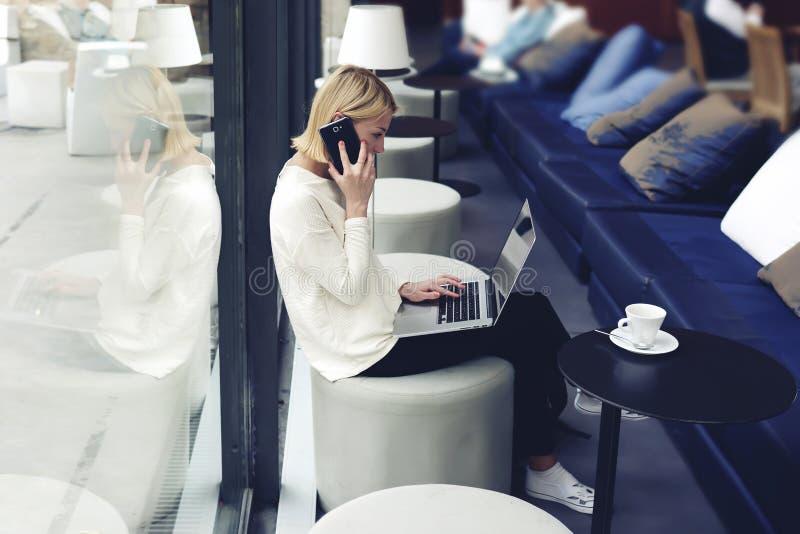 Freelancer som arbetar på avståndet i kafé royaltyfri bild