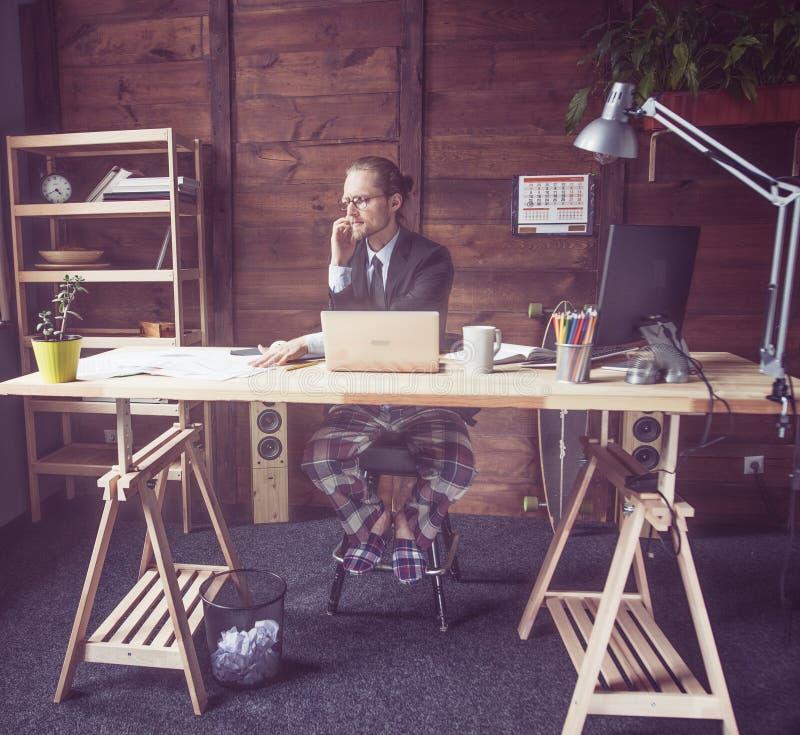 Freelancer som avlägset hemifrån arbetar arkivfoton