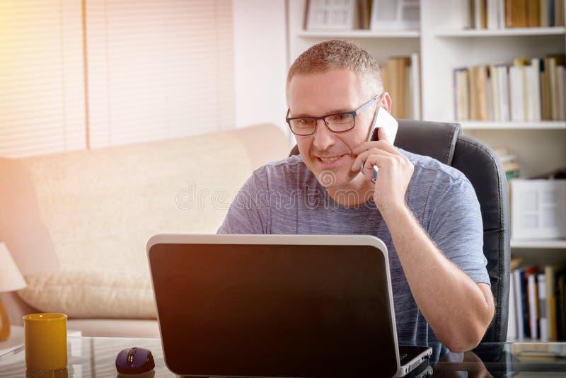 Freelancer som hemma arbetar arkivbild