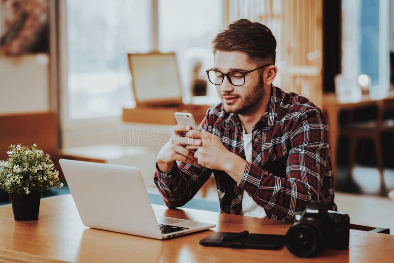 Freelancer Używa telefon i pracę na laptopie Daleko fotografia stock