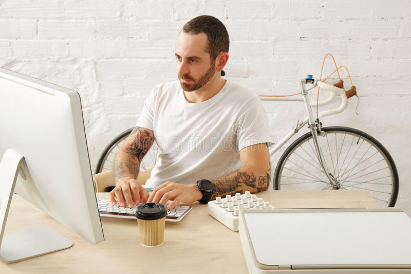 Freelancer ustawiający z wiele hobby pracuje w domu zdjęcia stock
