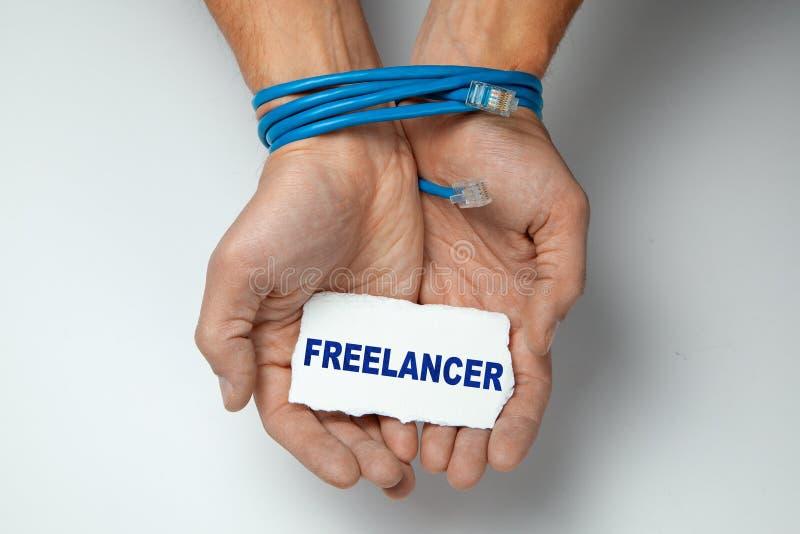Freelancer, zależność na internecie Męskie ręki zawijać z kręconym pary błękitem depeszują na szarym tle fotografia stock