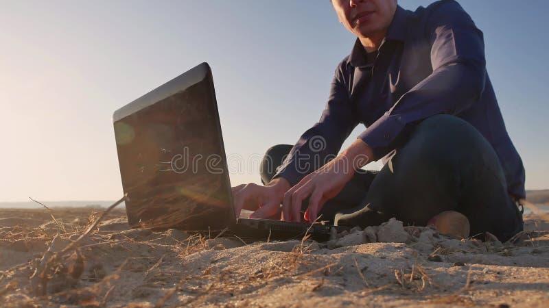 freelancing Sirva el trabajo en silueta del ordenador portátil en la naturaleza, freelancer que trabaja independientemente, traba fotos de archivo