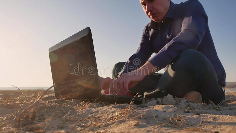 freelancing Sirva el trabajo en silueta del ordenador portátil en la naturaleza, freelancer que trabaja independientemente, traba foto de archivo libre de regalías