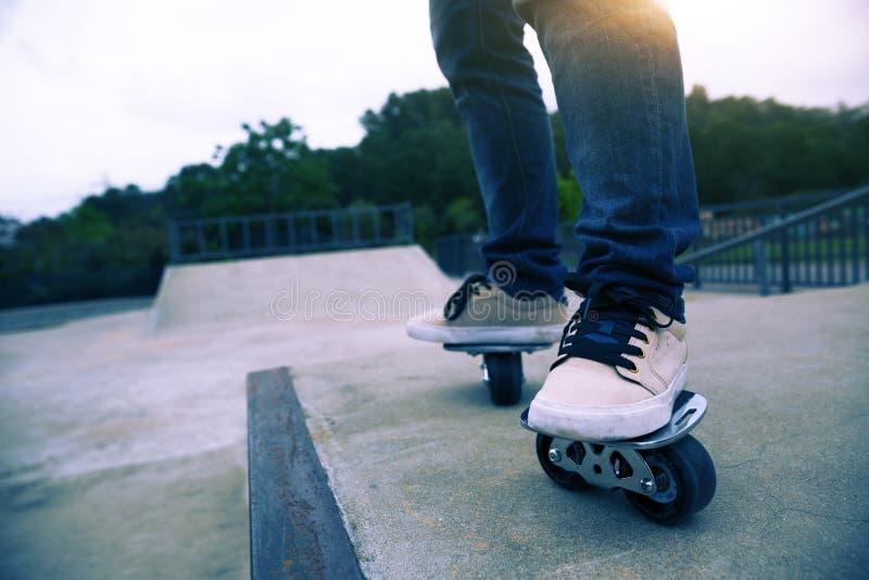 Freeline skateboarder benen die op freeline berijden royalty-vrije stock fotografie