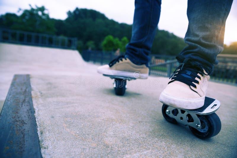 Freeline skateboarder benen die op freeline berijden stock afbeelding
