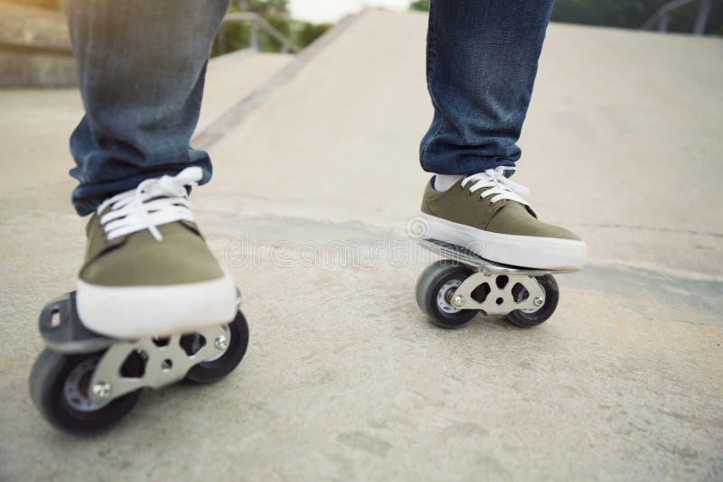 Freeline skateboarder benen die op freeline berijden stock foto's