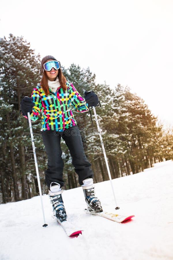 Freeride da menina no esqui no montain alto bonito imagens de stock royalty free