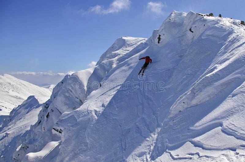 Freeride die met blauwe hemel skiô stock fotografie