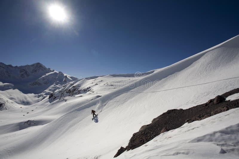 Freeride do Snowboard nas montanhas altas fotografia de stock