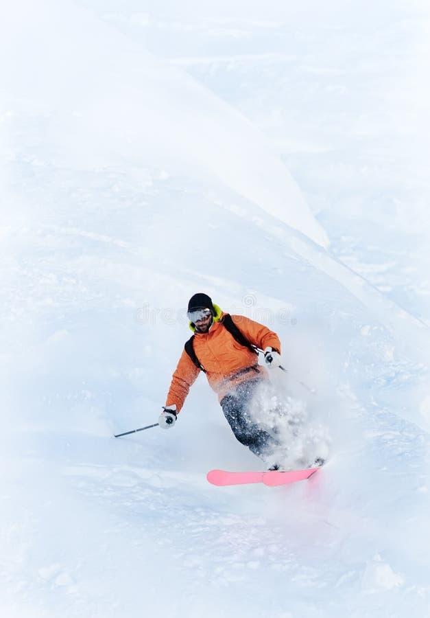 Freeride Skifahrer im Puderschnee lizenzfreies stockbild