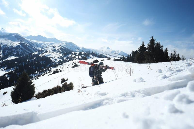Freerider лыжник идя в снег к талии стоковые фотографии rf