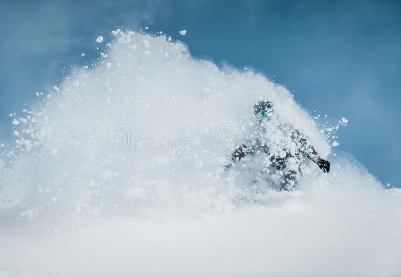 Freerider narciarka pochodzi od góry w świetle ranku słońca obraz royalty free
