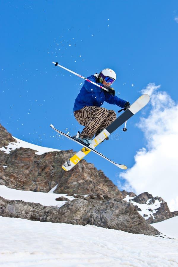 Freerider, saltando nell'le montagne immagini stock libere da diritti