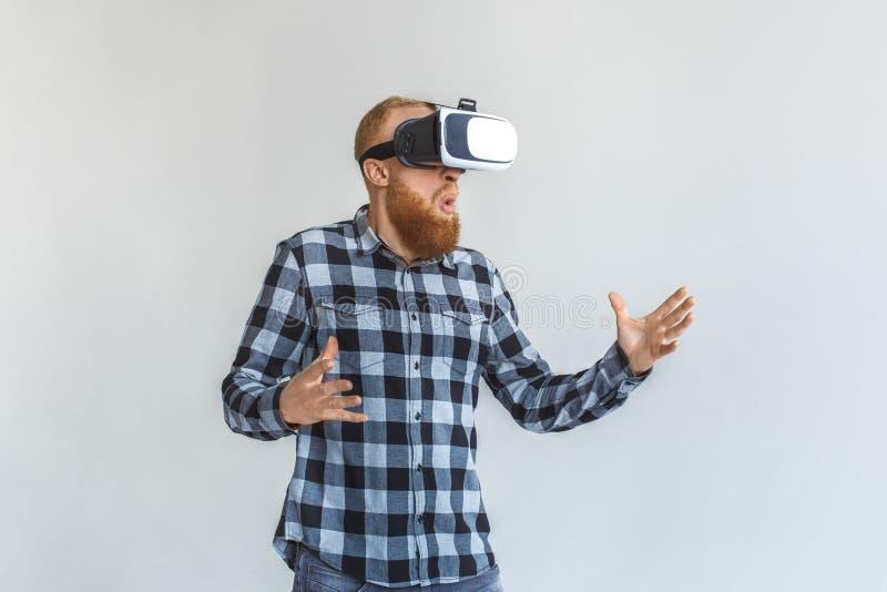 freestyle Ώριμο άτομο στη στάση κασκών εικονικής πραγματικότητας που απομονώνεται στο γκρίζο παιχνίδι συγκινημένο στοκ φωτογραφίες με δικαίωμα ελεύθερης χρήσης