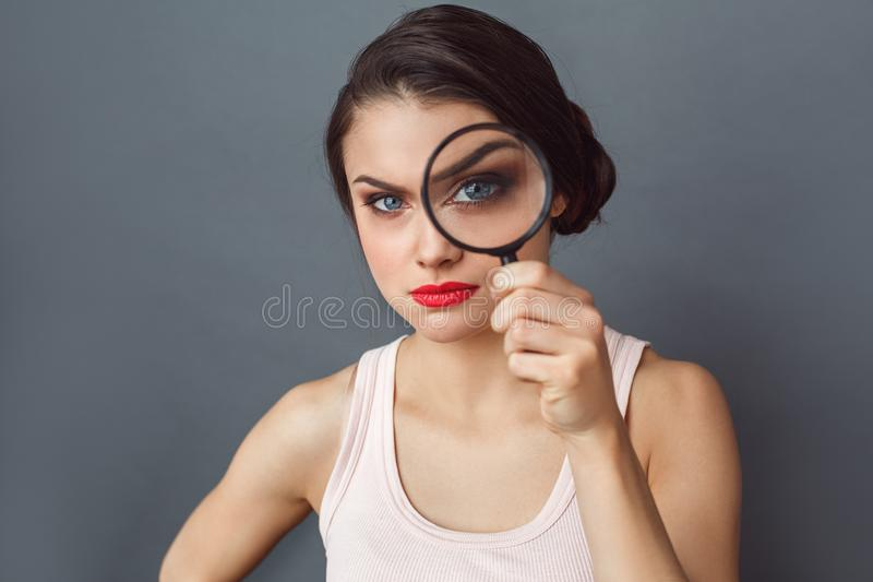 freestyle Στάση γυναικών που απομονώνεται στο γκρι με την ενίσχυση - γυαλί που φαίνεται ύποπτη κινηματογράφηση σε πρώτο πλάνο καμ στοκ εικόνες με δικαίωμα ελεύθερης χρήσης