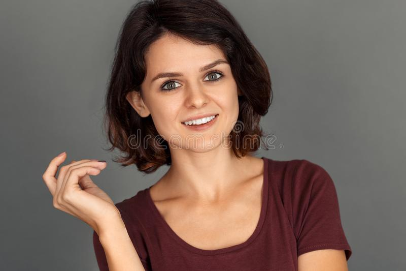 freestyle Jeune femme d'isolement sur le plan rapproché enthousiaste de sourire gris de visage photo stock