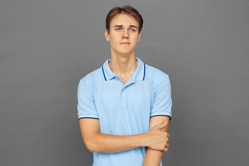 freestyle Nastolatek chłopiec pozycja odizolowywająca na popielaty patrzeć na boku smutny obrazy stock