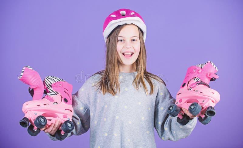freestyle patinaje sobre ruedas del estilo libre ?xito del deporte entrenamiento de la raza de la muchacha adolescente Actividad  imágenes de archivo libres de regalías