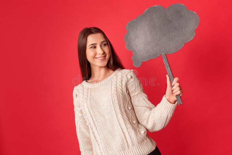 freestyle Posição da jovem mulher isolada na nuvem de vista vermelha alegre imagem de stock royalty free